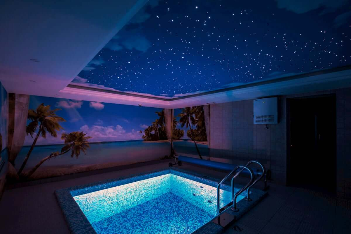 Синий натяжной потолок